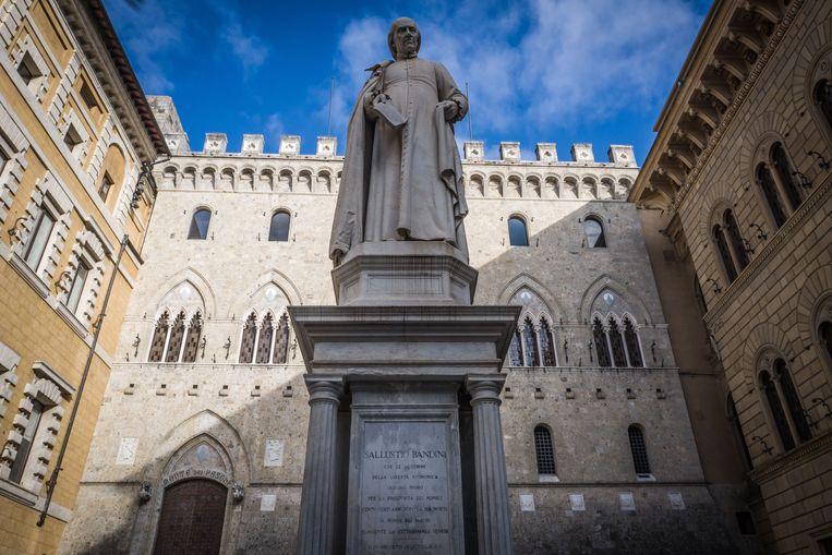 ►Het hoofdkwartier van MPS in Siena. Tijdens zijn toptijd investeerde de bank elk jaar tot wel 160 miljoen euro in de stad. Dat geld is nu verdwenen, en alternatieven zijn er niet. Beeld Nicola Zolin