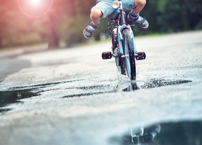 Een kind op een fietsje.