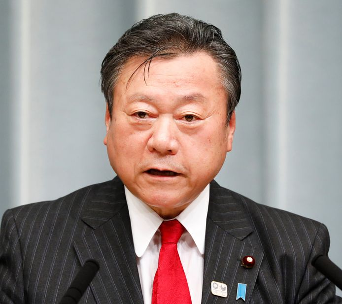 Minister Yoshitaka Sakurada heeft geen idee wat een USB-poort is