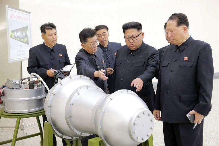 Kim Jung-Un poseert bij een vermeende waterstofbom. Beeld AFP