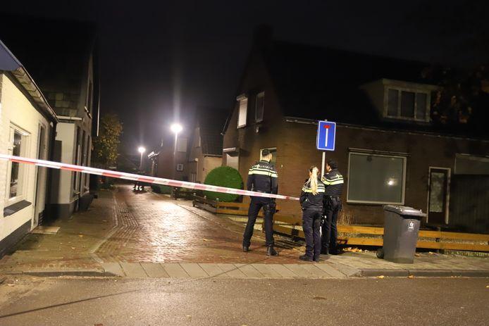 Politie heeft de straat afgezet in Beneden-Leeuwen.