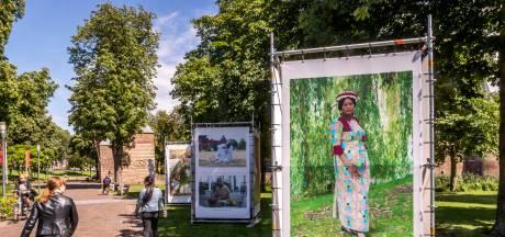 Goeikes buitenexpositie met mensen uit verre landen in een Helmonds landschap