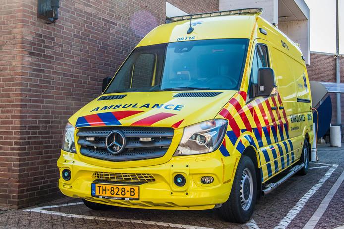 Een van de tien nieuwe ambulances met het zwaailicht bovenop het dak in plaats van erin.