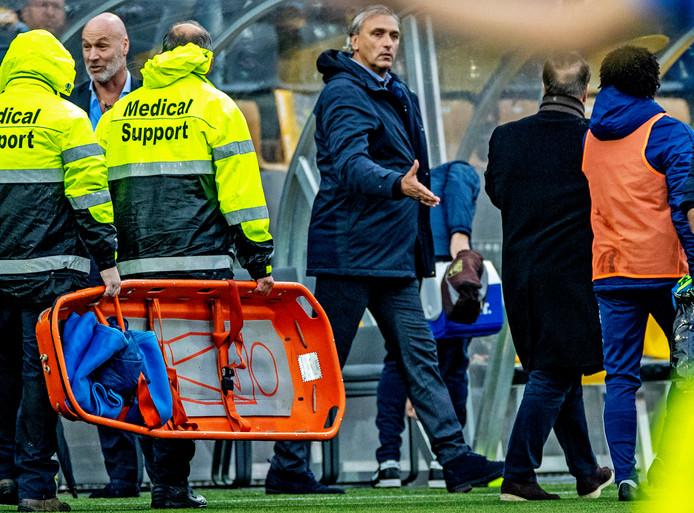 Robert Maaskant feliciteert Feyenoord-coach Dick Advocaat met de zege.