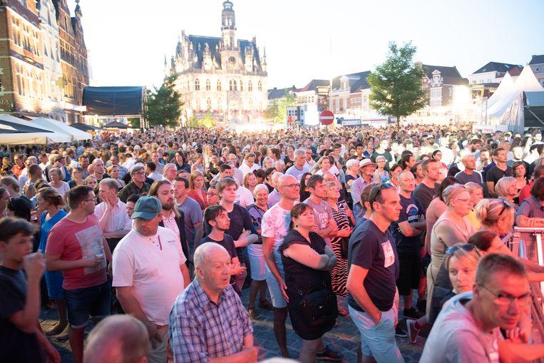 De Markt zaterdagavond: een massa volk.