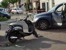 Snorfiets botst met auto in Deventer