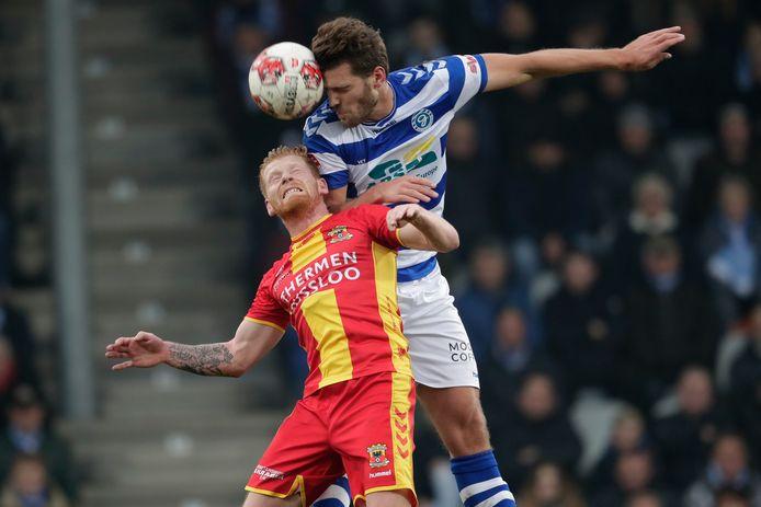 Richard van der Venne in duel met Javier Vet van De Graafschap. De middenvelder keerde na een wedstrijd schorsing terug bij Go Ahead Eagles en had in de slotfase nog de 1-2 op de schoen.