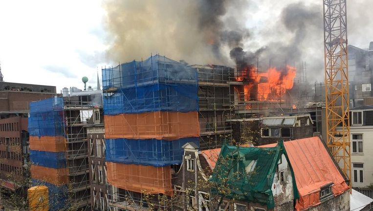 Aan de Wijdesteeg in het centrum heeft ter hoogte van de Tabakspanden zaterdagmiddag brand gewoed Beeld Marc Postma
