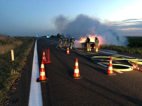 De brandweer bluste de autobrand, maar de wagen is onherroepelijk verloren.