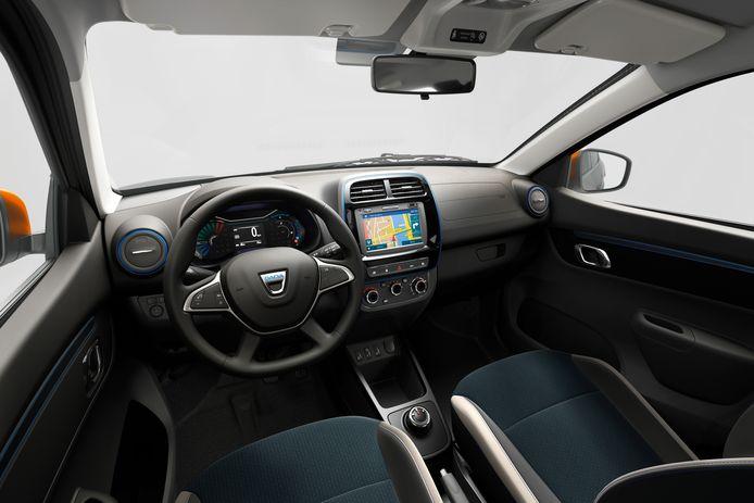 Het dashboard van de Spring is hard en simpel, al fleuren kleurrijke accenten de boel in deze Comfort Plus-versie nog aardig op.