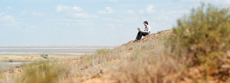 In de woestijn of op het strand: als u alleen een telefoon en wifi-verbinding nodig hebt, kan het allemaal. Beeld thinkstock