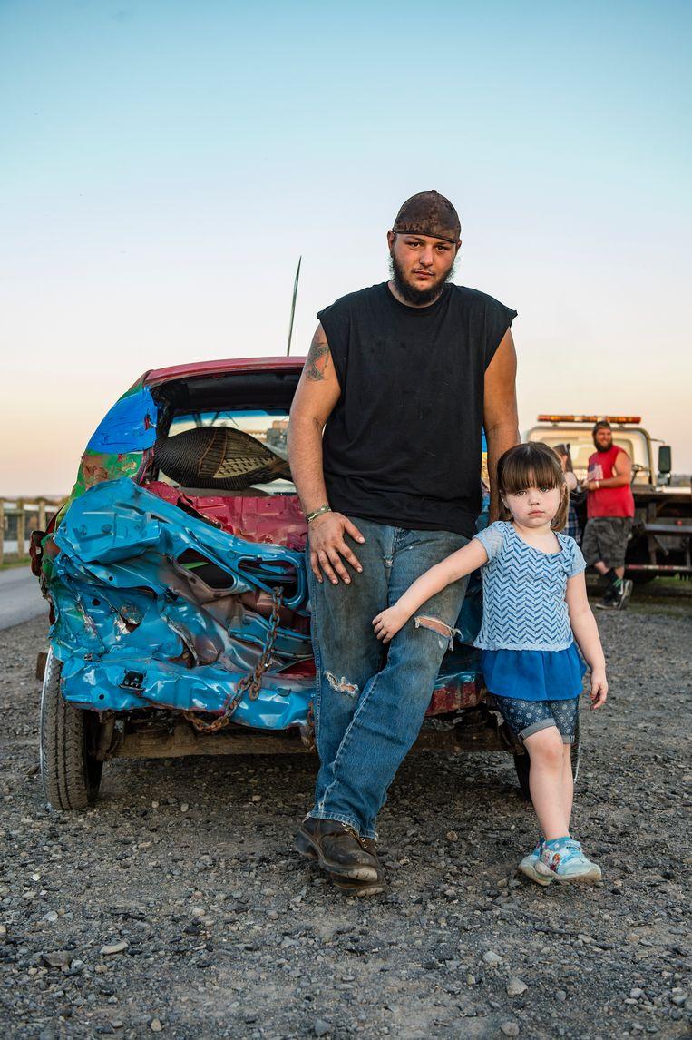 Jason Kintzer samen met zijn dochtertje Emma. Jason reed in 2017 in een auto met daarop de tekst: 'Trump 2020'. 'Natuurlijk ga ik het haar leren.' Beeld Cynthia van Elk