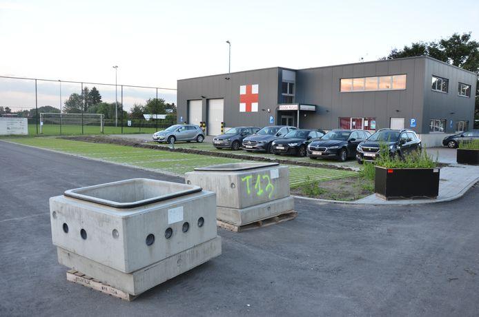 Betonblokken versperren de weg naar de nieuwe parking die niet mag gebruikt worden door het arrest van de Raad voor Vergunningsbetwistingen.