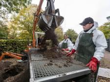 Graven ruimen: Een voor een verdwijnen de botten van overleden westlanders in jute zakken
