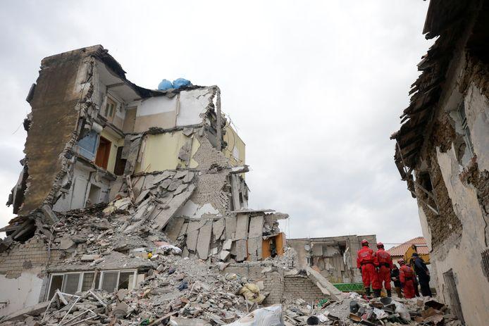 Reddingswerkers zoeken naar slachtoffers die onder het puin terechtkwamen na de zware aardbeving in Albanië.