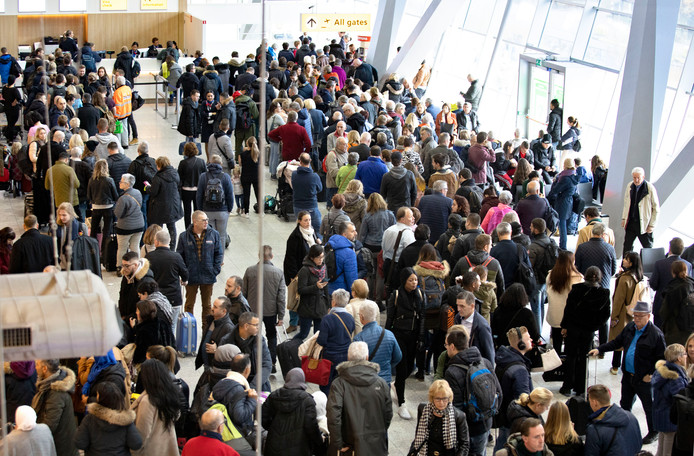 Drukte op Eindhoven Airport nadat mist het vliegverkeer stillegde.