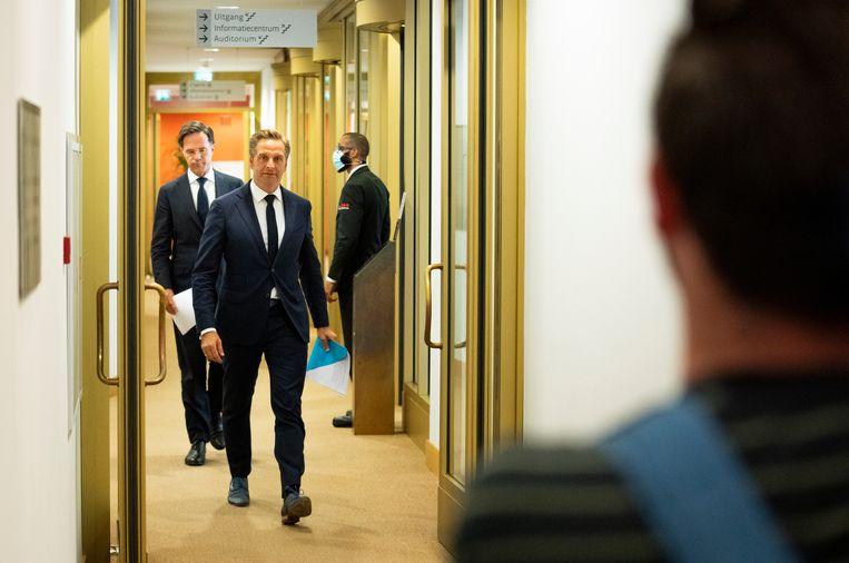 Demissionair premier Mark Rutte en demissionair minister Hugo de Jonge van Volksgezondheid voor aanvang van de coronapersconferentie waarin enkele versoepelingen werden teruggedraaid. Beeld Freek van den Bergh / de Volkskrant