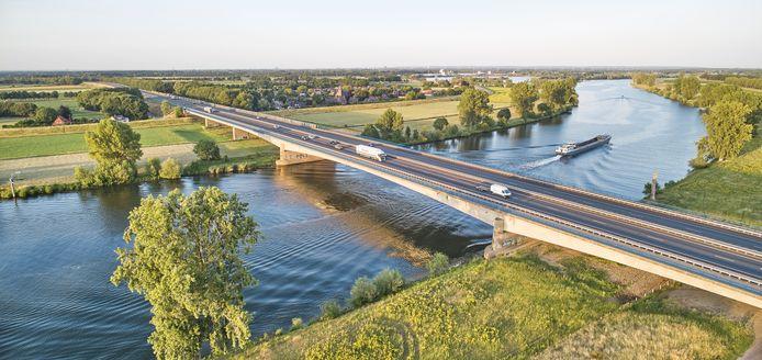 De A50-brug over de Maas bij Ravenstein.