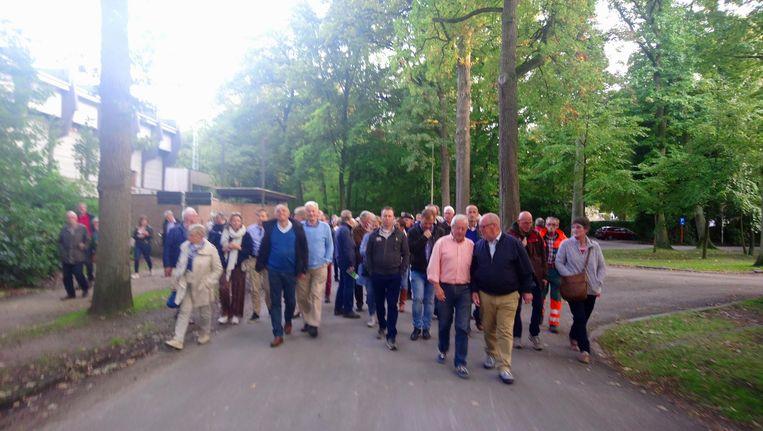 Honderden inwoners namen in september deel aan een informatiewandeling in het park. Maar de actievoerders moeten (voorlopig) de duimen leggen.