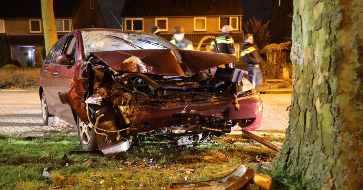 Claxon van auto blijft hangen na botsing in woonwijk Vlijmen: wakkergeschrokken buurt 1,5 uur in de herrie.