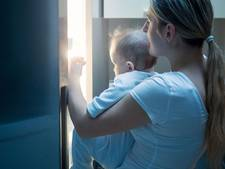 Twee Amerikaanse oppasmeisjes stoppen baby in koelkast