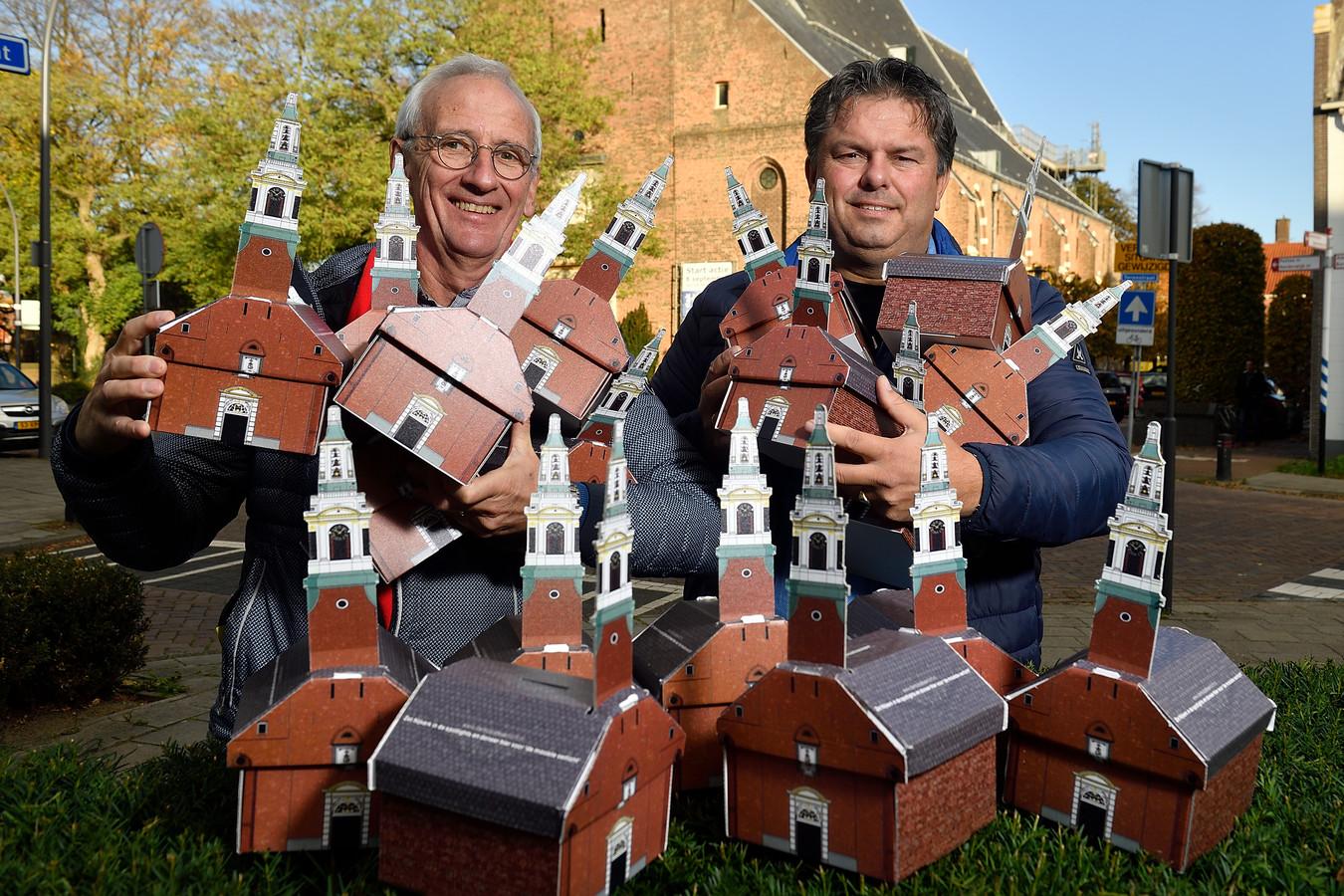 Henry Hamstra (rechts) en Jan Cozijnsen met de 'spaarpotjes' voor Nijkerks mooiste.