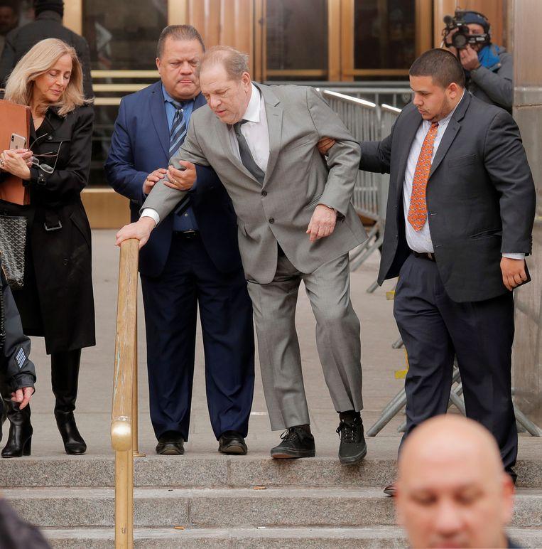 Bijna onherkenbare Harvey Weinstein strompelt naar de rechtbank.