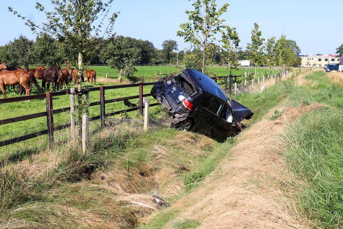 Auto vliegt uit de bocht op de Voortse Ring in Nijkerk.