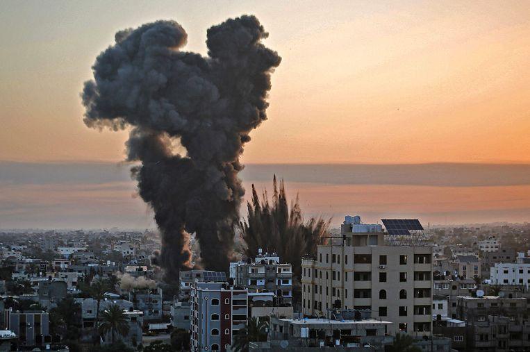 Rook stijgt om na een luchtaanval op de stad Khan Younis in de Gazastrook.  Beeld AFP