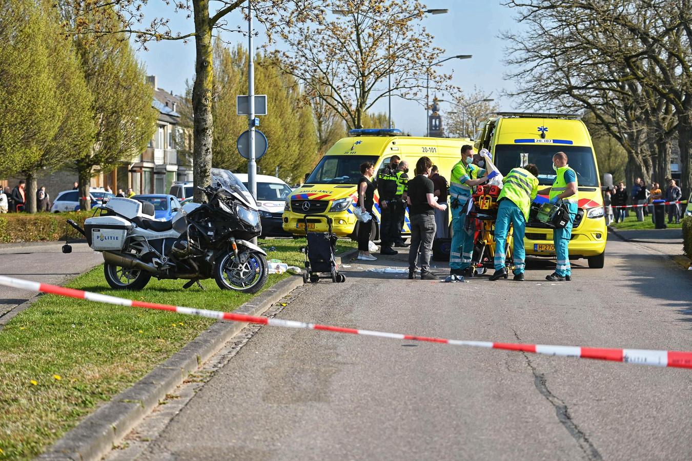 Hulpdiensten in de Zeestraat in Zevenbergen.