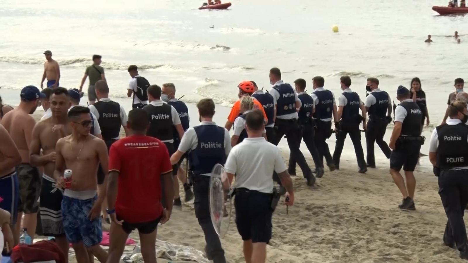Politiemensen op het strand van Blankenberge.