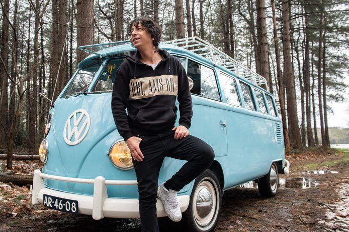 Zanger Vinzzent uit Oosterhout is gek op oldtimers. Met zijn Volkswagenbusje zou hij graag Europa gaan doorkruisen, maar wel pas als er een elektrische motor in ligt.