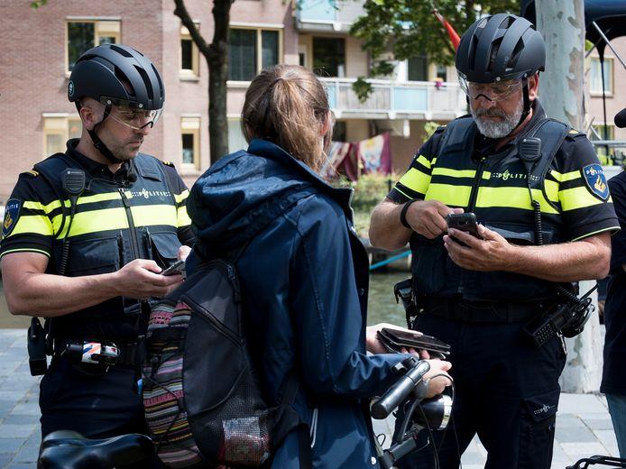 Archieffoto: Ook in Nieuwegein slingert de politie fietsers op de bon die bellen op de fiets.