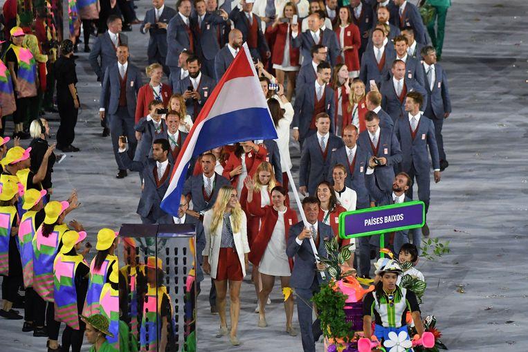 Vlaggedrager Jeroen Dubbeldam voert de Nederlandse delegatie aan bij de openingsceremonie van de Olympische Spelen van 2016 in Rio de Janeiro. Beeld AFP