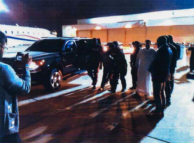 Ridouan Taghi wordt door de Dubai Police overgedragen aan Nederland. De overdracht wordt op beeld vastgelegd. Beeld Marengo-dossier