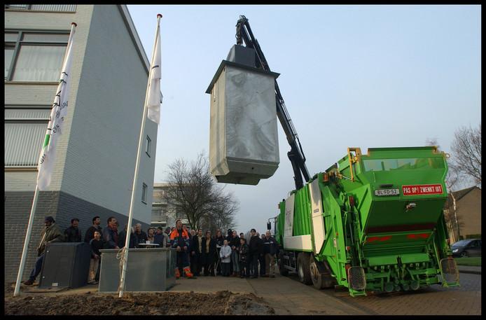 Plaatsing van een ondergrondse container in Tiel.
