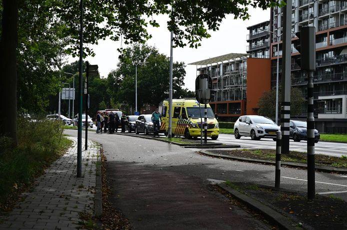 Hulpdiensten in Almelo na een ongeluk waarbij een gewonde viel.