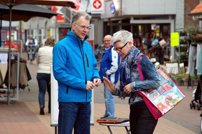 Gerrit Hartholt verzamelde op de markt in Dedemsvaart handtekeningen tegen pesten op het werk. (archieffoto)