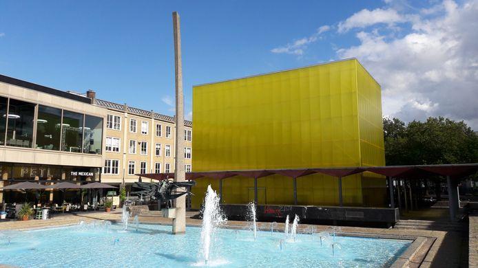 De geelgouden kubus in de pergola bij de AKU-fontein op het Gele Rijdersplein in Arnhem.