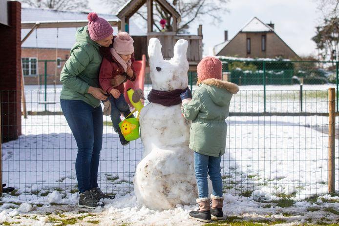 Febe en Ona maken samen met hun mama Els een sneeuwpaashaas.
