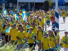 Zweedse voetbalfans kleuren centrum Deventer geel en blauw