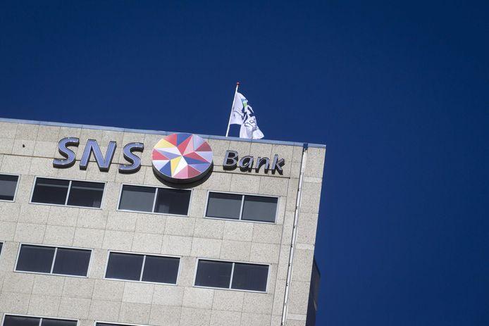 Onder meer de SNS Bank rekent vanaf 1 juli een rente van 0,5 procent per jaar aan voor een bedrag dat hoger is dan 100.000 euro.