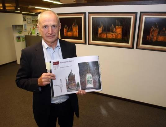Schepen van Erfgoed en Monumentenzorg Eddy Deknopper met het dossier voor de derde fase van de restauratie.