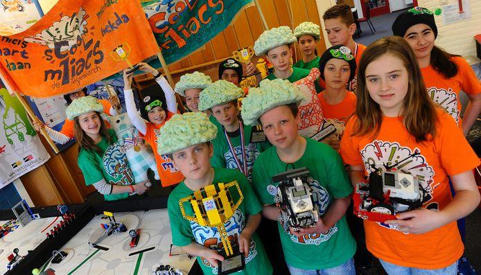 Leerlingen van PC De Telgenborch met hun Legorobot.