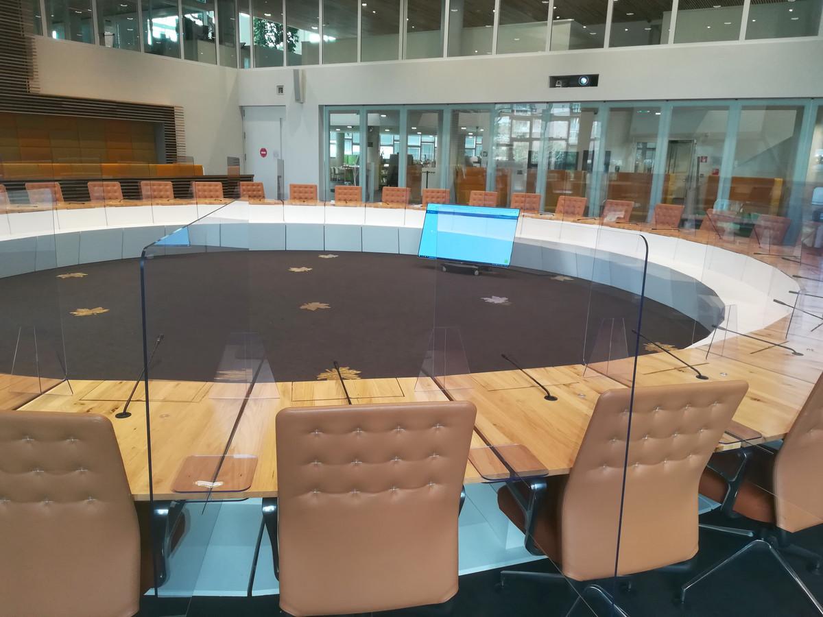 Het Hardenbergse bedrijf Topdrukte plaatste oktober 2020 schermen van plexiglas tussen de zitplaatsen van de 33 raadsleden.