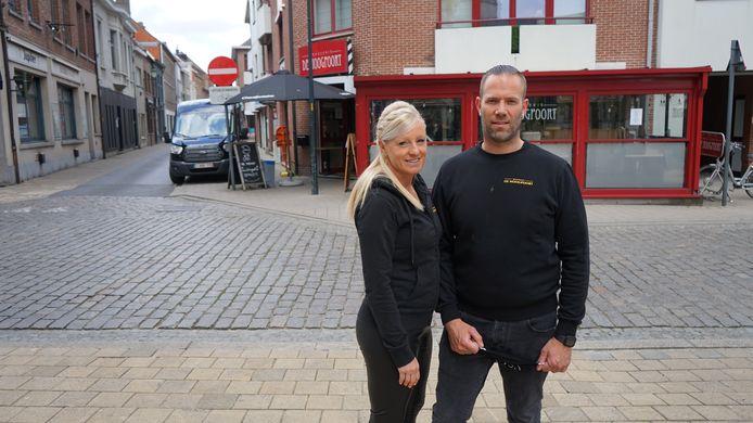 Mariska en Bjorn bij hun brasserie De Hoogpoort. Drie voorstellen voor een tijdelijk terras werden afgewezen zodat de geplande heropening op 8 mei niet kan doorgaan.