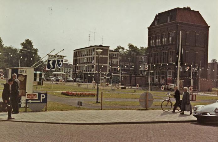Rechts de Spinschool in 1961, gezien vanaf de Beekstraat. Het veldje vooraan was toen in gebruik als oefenplaats voor kinderen voor het verkeersexamen.