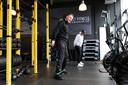 Ex-coronapatiënt Ron van Stein doet zijn oefeningen bij fysiotherapeut Maykel Deerenberg van Goldcoast fysio.