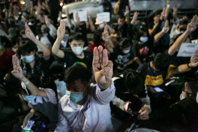 Demonstranten in Bangkok tonen drie opgestoken vingers als teken van stil protest. Beeld Getty Images