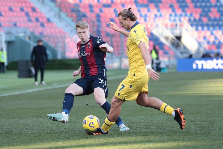 Jerdy Schouten namens Bologna zaterdag in duel met Antonin Barak (rechts) van Hellas Verona. Bologna won met 1-0. Beeld EPA